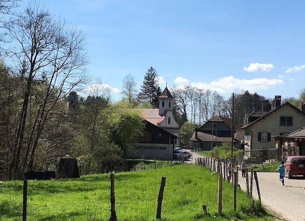L'Abbaye de Montheron au printemps dans la forêt