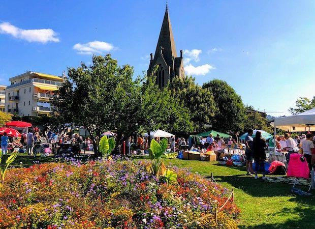 l'église de la Rosiaz en été, carillon et marché