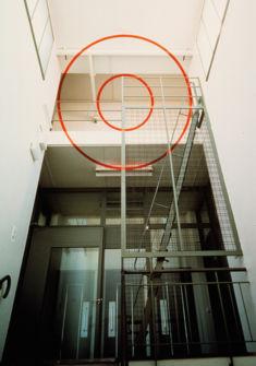 Felice Varini, Cercles concentriques via le rectangle, Genève, 1994, coll. MAMCO