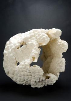 Zsuzsa Füszesi Heierli (Hongrie, 1953) Double 4, 2015 Biscuit de porcelaine modelé, ajouré H. 46 cm Collection Musée Ariana, Genève Photo : Musée Ariana