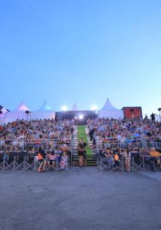 La salle de cinéma ouverte sur le lac