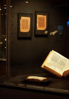 Une des vitrines du musée Bodmer avec au premier plan l'Evangile selon saint Matthieu Moyenne-Egypte, IVe – Ve siècle Manuscrit copte sahidique sur parchemin Fondation Martin Bodmer