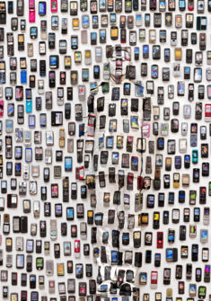 Mobile Phones, « Hiding in the City », 2012 © Liu Bolin / Courtesy Galerie Paris-Beijing