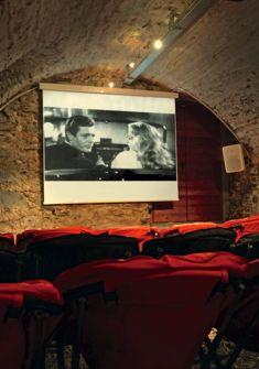 Salle de cinéma de la Maison du diable Fondation Fellini pour le cinéma