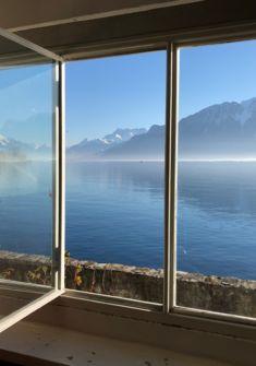 """Vue sur le Léman et les Alpes depuis le salon de la Villa """"Le Lac"""" Le Corbusier"""