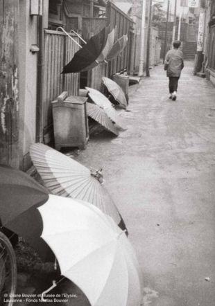 Ruelle de Tokyo (1956) © Eliane Bouvier et Musée de l'Elysée, Lausanne - Fonds Nicolas Bouvier