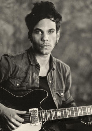 Tiwayoavec sa guitare studio Puyfontaine