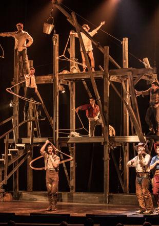 Saloon par le cirque Eloize