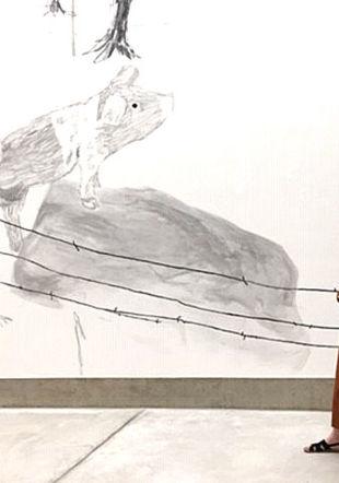 Marie Gaizsch devant un détail d'un dessin des soeurs Müller Musée des beaux-arts de La Chaux-de-Fonds