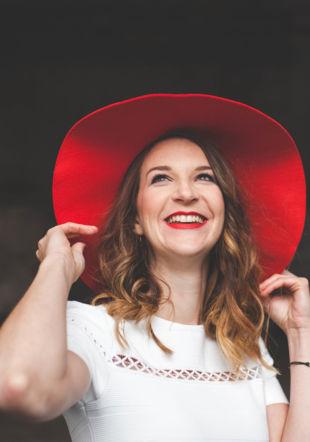Amélie Daniel en chapeau rouge