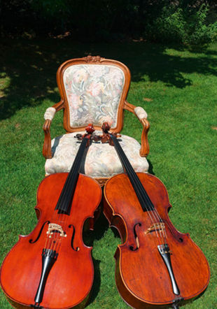 Deux violoncelles pour un fauteuil