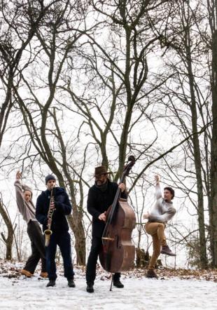 Répétition en pleine forêt pour les musiciens et danseurs de Silva.