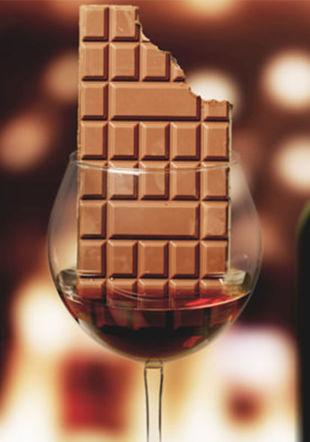 Image avec un verre de vin rouge et une tablette de chocolat