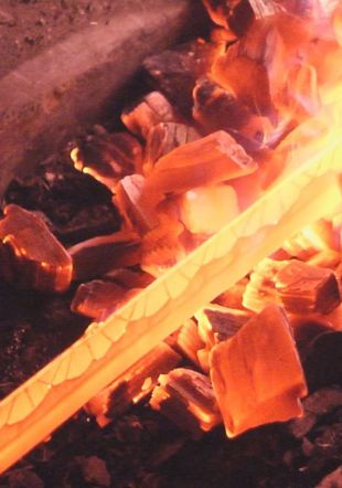 Lame de katana en chauffe dans le foyer de forge Asanokajiya