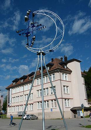 """""""MÉLI-MÉLO"""", sculpture de Raoul Thonney, devant le bâtiment de la galerie de l'Essor"""