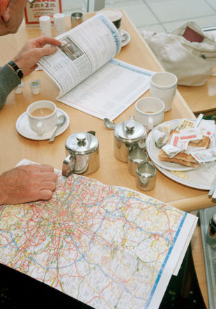 Martin Parr, A man studies his map in a service station Thurrock, England, 1994, archival pigment print, 43.18 x 53.34 cm, Édition : 1/25 Courtesy the artist and Gowen Contemporary