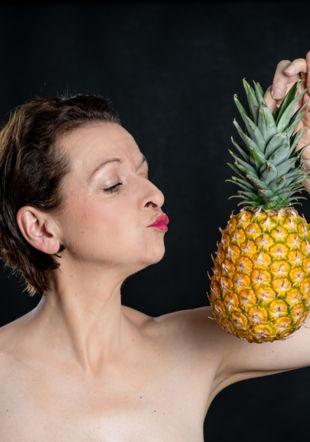 Valérie Mauriac tenant un ananas ! @Karin Bauzin