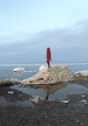 Anne Rochat, «Doris Magico Back to the Wall» (vidéo-still) (2017), vidéos performances, 150min, Chine. Courtoisie Anne Rochat