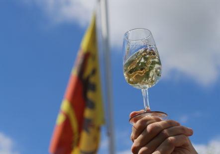 Verre de vin et drapeau de Genève