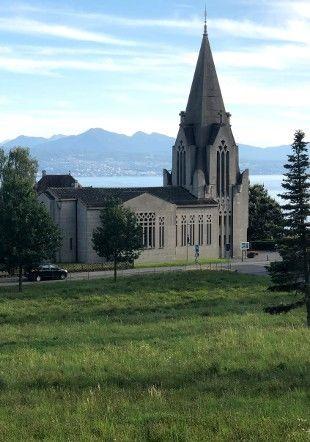 L'église de la Rosiaz devant le lac Léman