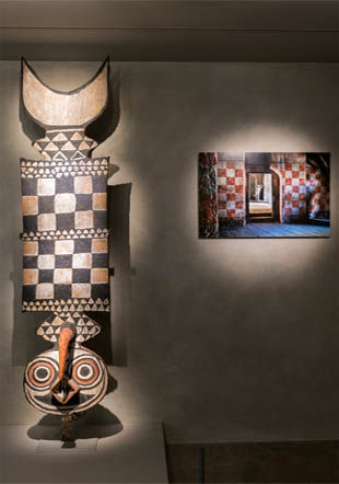 "Masque bwa du Burkina Faso et photographie de Steve McCurry, ""Cinecitta"", 2017. Photo Luis Lourenço, musée Barbier-Mueller."
