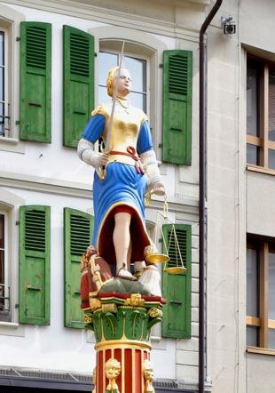 Fontaine de la Justice, place de la Palud, Lausanne – CC BY-SA 4.0 / Wikimedia Commons