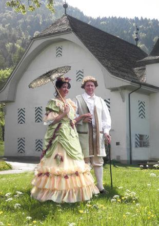Les guides en costumes d'époque de l'Association Cum Grano Salis devant la Maison de Salins sur Ollon