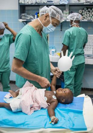 Médecins tenant un gant en plastique gonflé Pierre-Yves Bernard/MSF