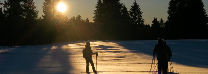 En raquettes au coucher de soleil dans la Sibérie de la Suisse